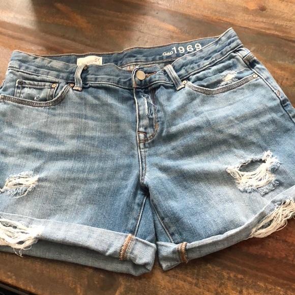 5a32183e8704 GAP Pants - Women's GAP boyfriend jean shorts. Size 27